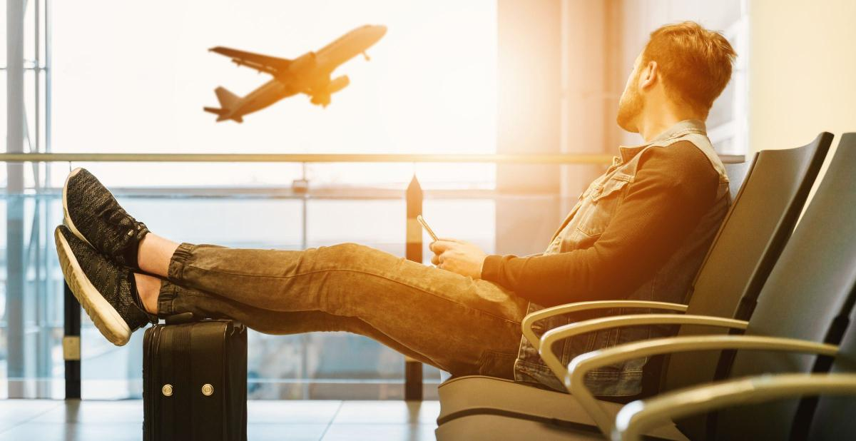 Man sitting and waitig for an airplane